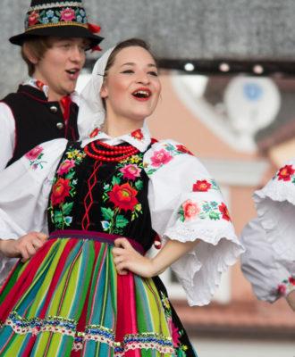 13 danças folclóricas para conhecer e viajar pelo mundo de carona com elas